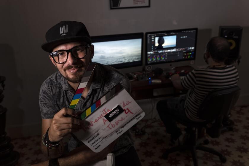 Carlos Gómez, de 35 años y propietario de la productora audiovisual Wajiros Films, posa para una foto