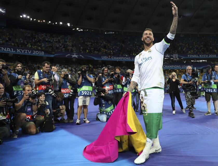 ARCHIVO - En esta foto del 27 de mayo de 2018, Sergio Ramos festeja tras la victoria del Real Madrid sobre Liverpool en la final de la Liga de Campeones. (AP Foto/Sergei Grits, archivo)