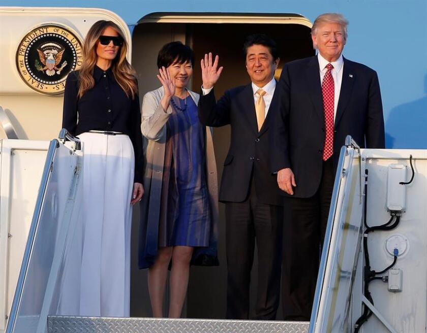 El presidente de Estados Unidos, Donald Trump, anfitrión del primer ministro japonés, Shinzo Abe, comparte con este una estancia en su lujoso club de golf de Palm Beach, mientras que sus esposas visitaron un museo local. EFE