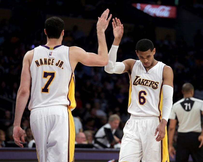 En la imagen, los jugadores Larry Nance Jr. (i) y Jordan Clarkson (d), traspasados por los Lakers de Los Ángeles a los Cavaliers de Cleveland. EFE/Archivo