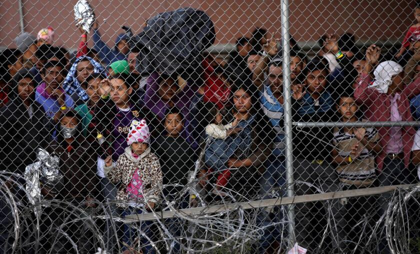 Decenas de migrantes esperan en instalaciones de la Patrulla Fronteriza estadounidense en El Paso, Texas, tras haber cruzado ilegalmente la frontera con México.