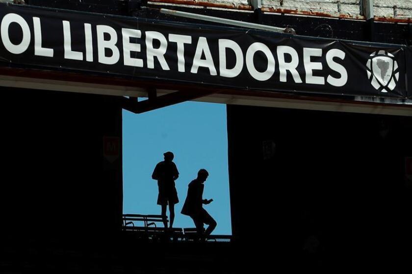 Aficionados de River Plate fueron registrados este domingo al salir del estadio Monumental, en Buenos Aires (Argentina). EFE