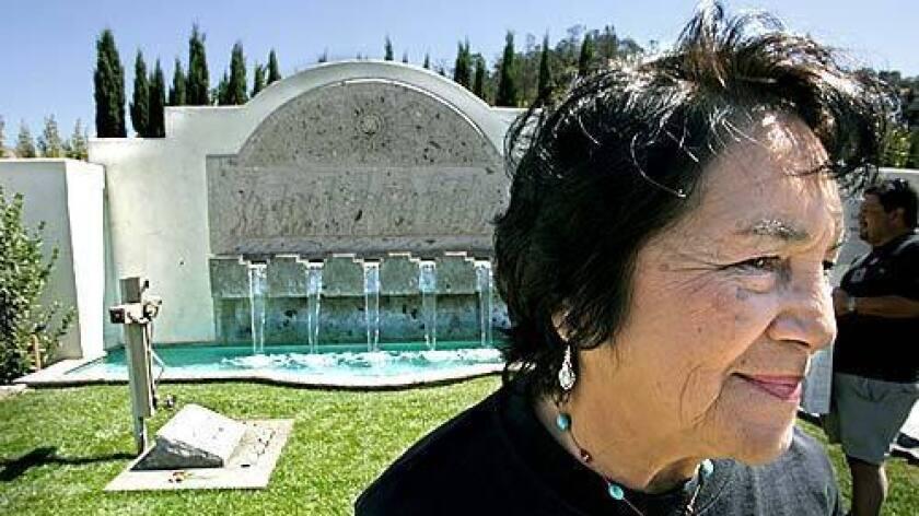 Foto de archivo. Dolores Huerta. Condecoran a Dolores Huerta con la Orden del Águila Azteca
