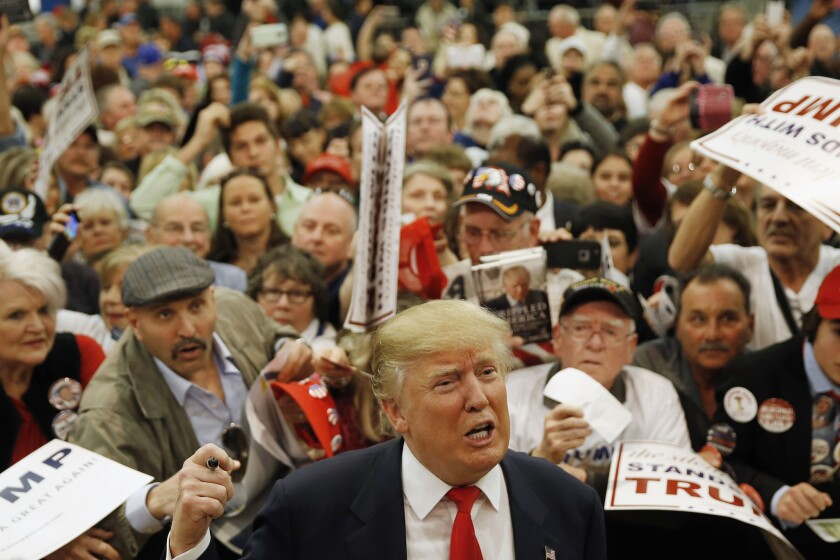 El precandidato presidencial republicano Donald Trump habla con reporteros durante un acto de campaña, en Myrtle Beach, South Carolina. (Foto AP/Matt Rourke)