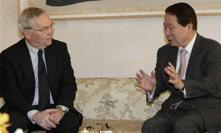 """South Korean Foreign Minister Yu Myung-hwan, right, talks with B. Lynn Pascoe, a special envoy for U.N. Secretary-General Ban Ki-moon, during their meeting in Seoul, South Korea, Saturday, Feb. 6, 2010. Pascoe arrived Saturday in Seoul and said he had an """"excellent discussion"""" with South Korean officials ahead of a visit to North Korea. (AP Photo/Ahn Young-joon, Pool)"""