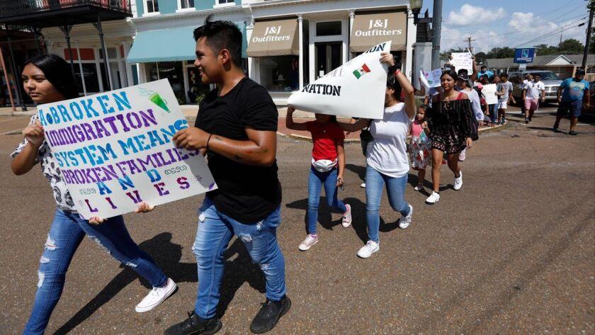 """Hijos de inmigrantes mayormente hispanos participan en un acto en apoyo de migrantes detenidos en una planta procesadora de alimentos en Canton, Mississippi. El gobierno se apresta a poner en vigor nuevas normas que redefinen el concepto de """"carga pública"""" que puede descalificar a una persona que pide la residencia permanente en EEUU."""