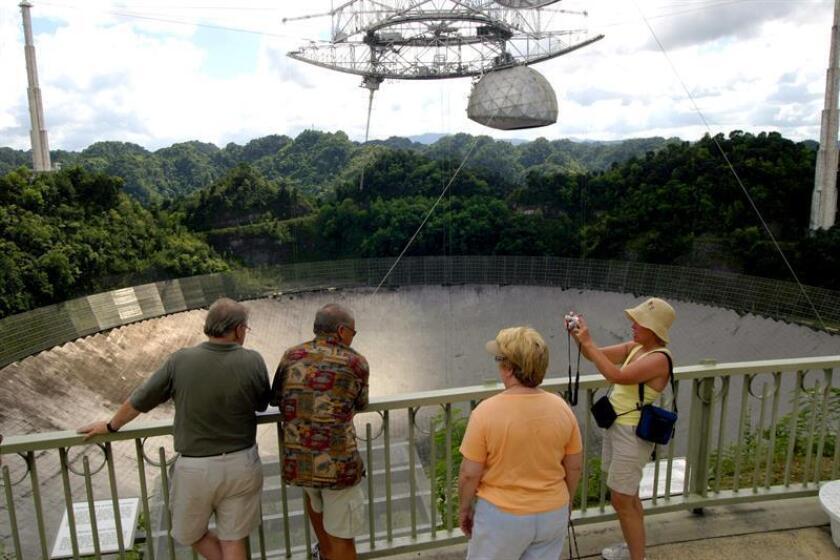 Los turistas observan el radiotelescopio en el observatorio de Arecibo, Puerto Rico, el más potente del mundo. EFE/Archivo