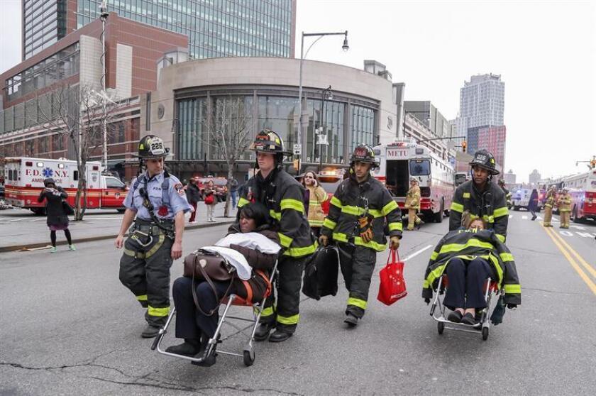 Al menos 103 personas resultaron hoy heridas, la mayoría con lesiones leves, al accidentarse un tren por exceso de velocidad en el distrito neoyorquino de Brooklyn, según informaron servicios de emergencia de la ciudad. EFE