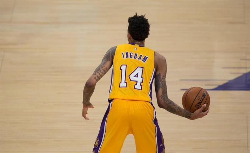 El alero de Los Angeles Lakers Brandon Ingram, controla el balón durante un partido de la NBA. EFE/Archivo