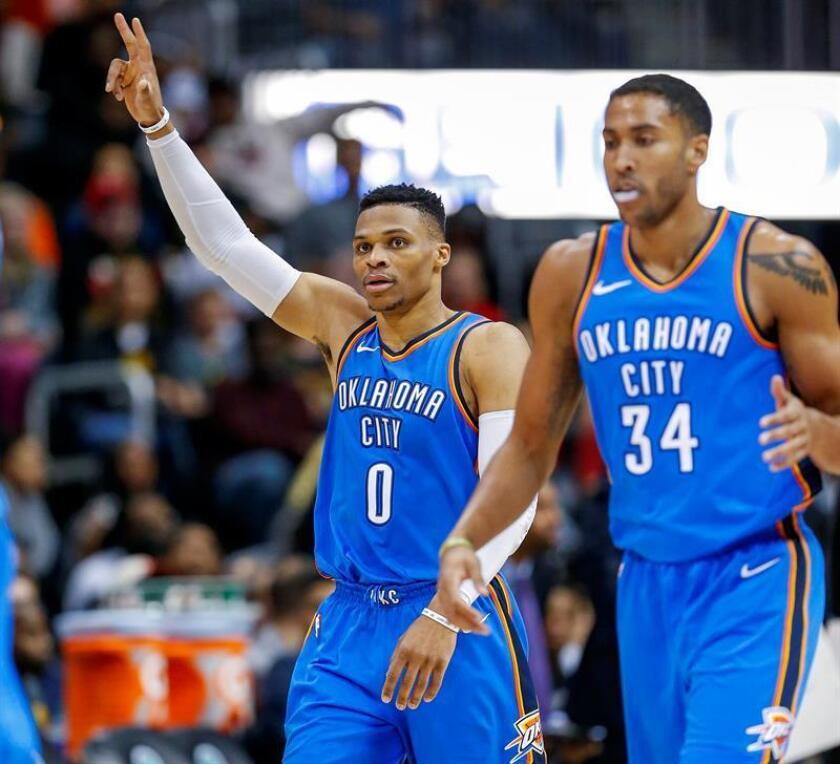 Russell Westbrook (i) y Josh Huestis (d) de Oklahoma City Thunder reaccionan contra Atlanta Hawks hoy, martes 13 de marzo de 2018, durante un juego entre Oklahoma City Thunder y Atlanta Hawks de la NBA, en el Philips Arena, en Atlanta (Estados Unidos). EFE