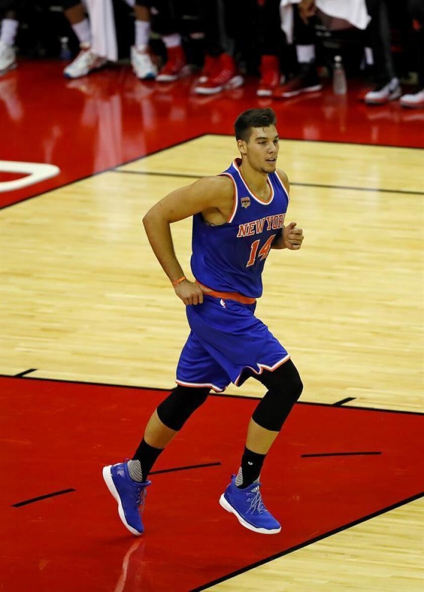 Willy Hernangomez de los New York Knicks corre por la cancha. EFE/Archivo