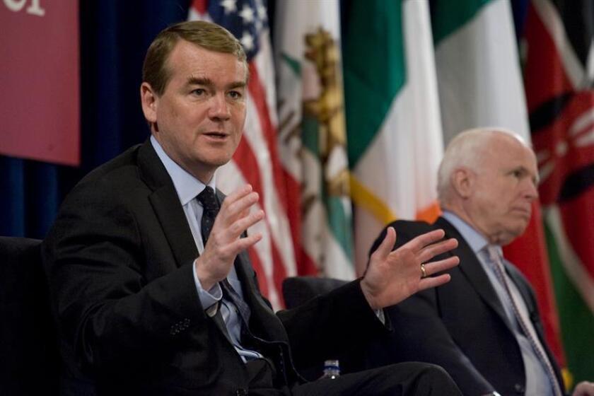 El senador por Colorado, el demócrata Michael Bennet (izq.) habla junto al senador por Arizona, el republicano John McCain (dcha.). EFE/Archivo