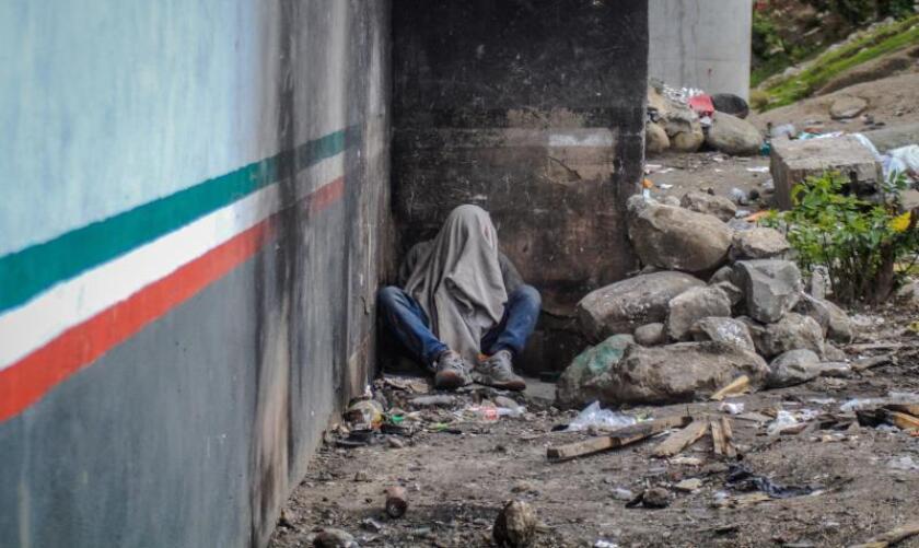 Fotografía del 31 de mayo de 2019, de un migrante en condición de indigencia en la ciudad de Tijuana (México). EFE/ Joebteh Terriquez/Archivo