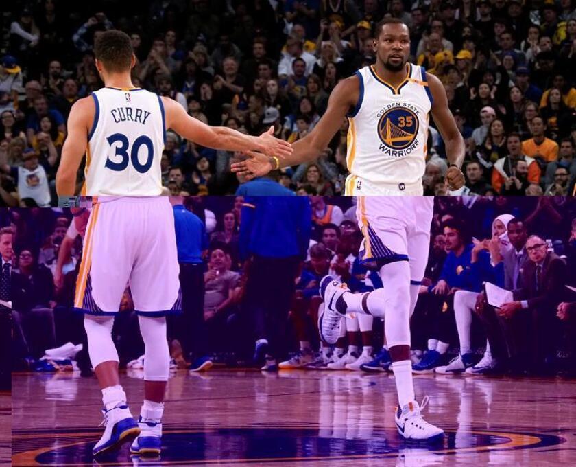 El jugador Stephen Curry (izq) choca los cinco con su compañero Kevin Durant, de los Warriors de Golden State, durante un partido de la NBA del pasado día 3 de enero. EFE