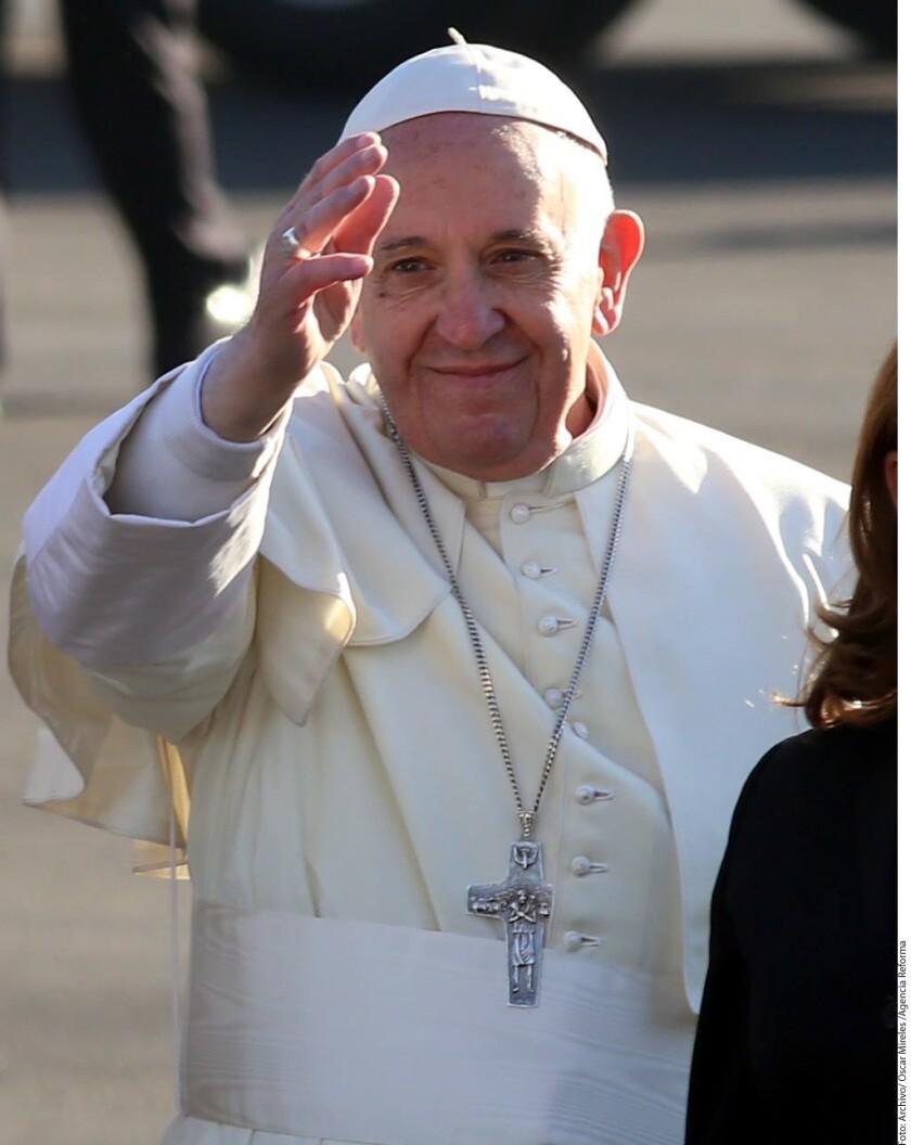 """El Papa Francisco defendió en un mensaje la acogida a inmigrantes y refugiados y pidió a los líderes religiosos condenar la """"locura homicida"""" del extremismo religioso."""