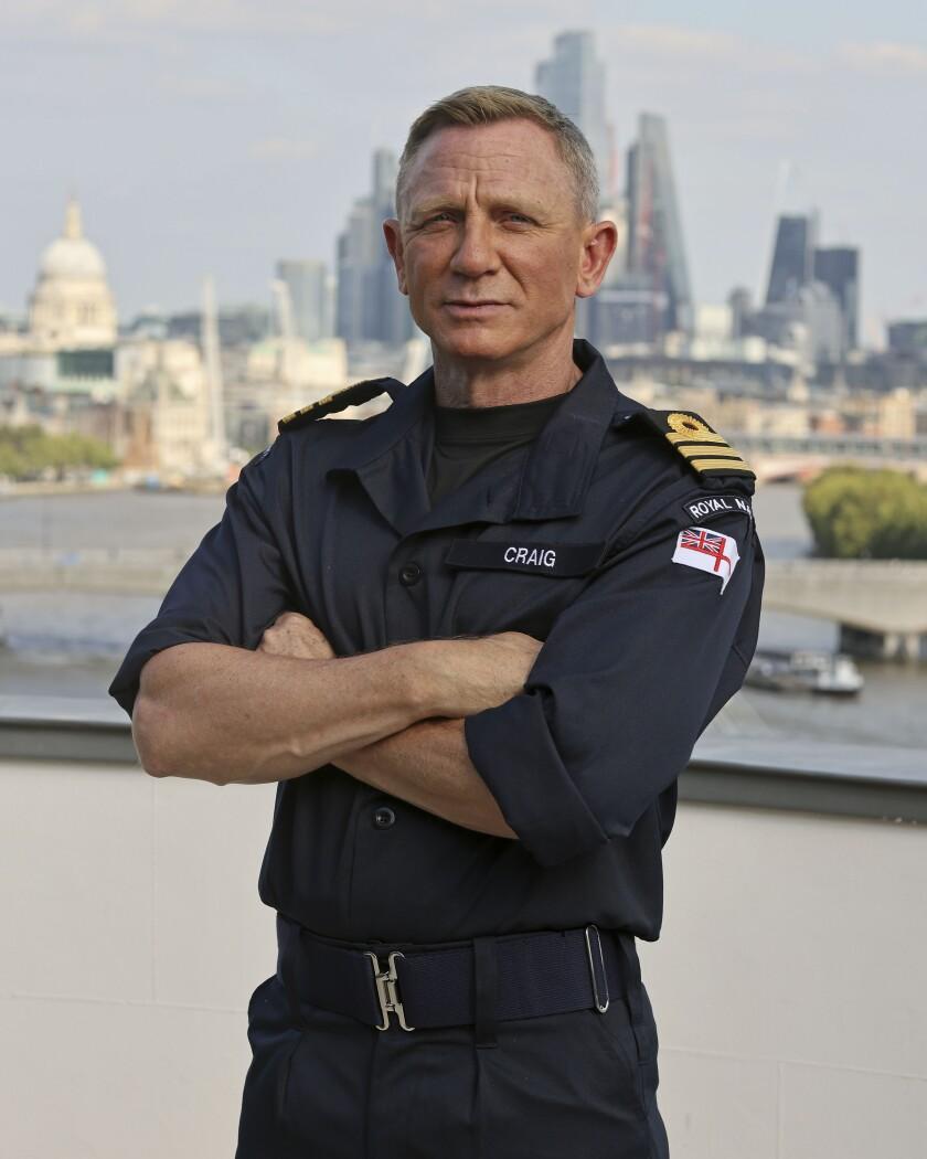 El actor Daniel Craig posa tras recibir el título de comandante honorario de la Marina Real británica, el miércoles 22 de septiembre de 2021 en Londres. (LPhot Lee Blease/Ministry of Defence via AP)