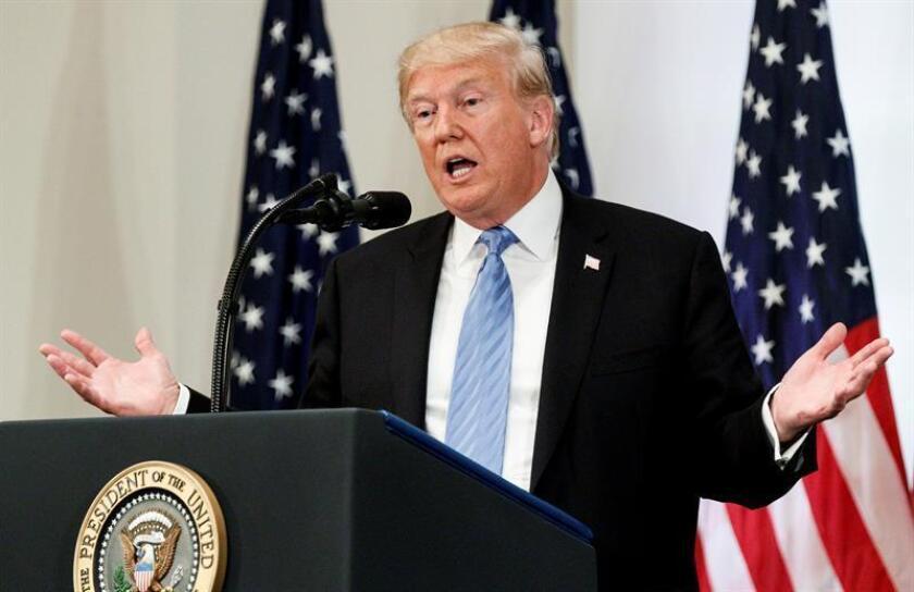 El presidente estadounidense, Donald J. Trump, habla con reporteros durante una rueda de prensa. EFE/Archivo