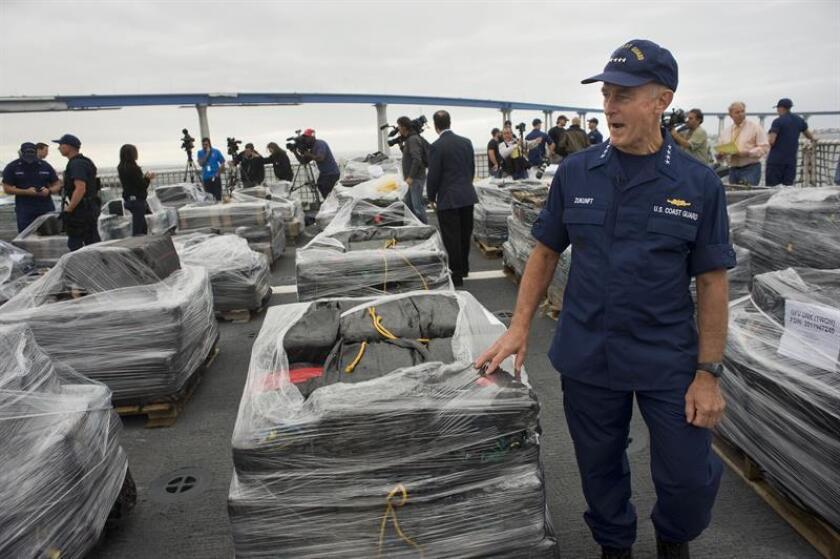 El comandante de la Guardia Costera, el almirante Paul Zukunft, camina junto a bultos de cocaína incautados. EFE/Archivo