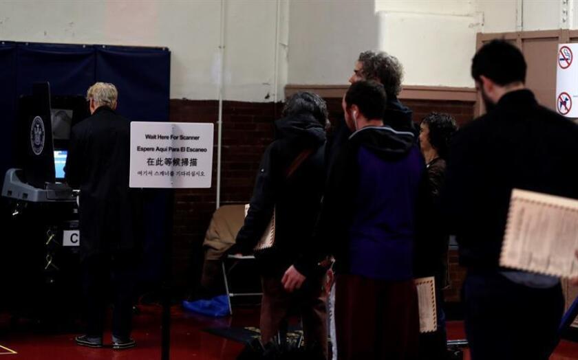 Problemas técnicos con las máquinas de votación y retrasos de más de dos horas en las colas para votar debido a la alta afluencia de electores han obligado a varios centros en Texas, Alabama, Georgia y Carolina del Norte a prolongar su horario. EFE