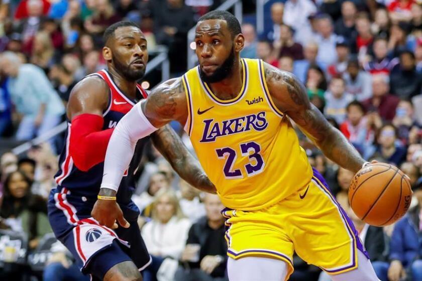 LeBron James (d) de Los Angeles Lakers en acción frente a John Wall (i) de los Wizards de Washington durante el partido de baloncesto de la NBA entre Los Angeles Lakers y los Wizards de Washington en el CapitalOne Arena en Washington (EE.UU.), hoy, 16 de diciembre de 2018. EFE
