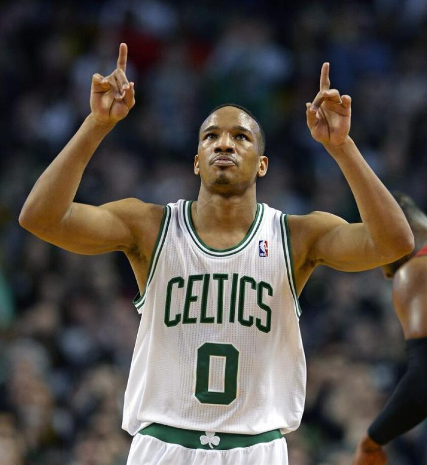 Avery Bradley de los Celtics de Boston celebra tras anotar una cesta. EFE/Archivo