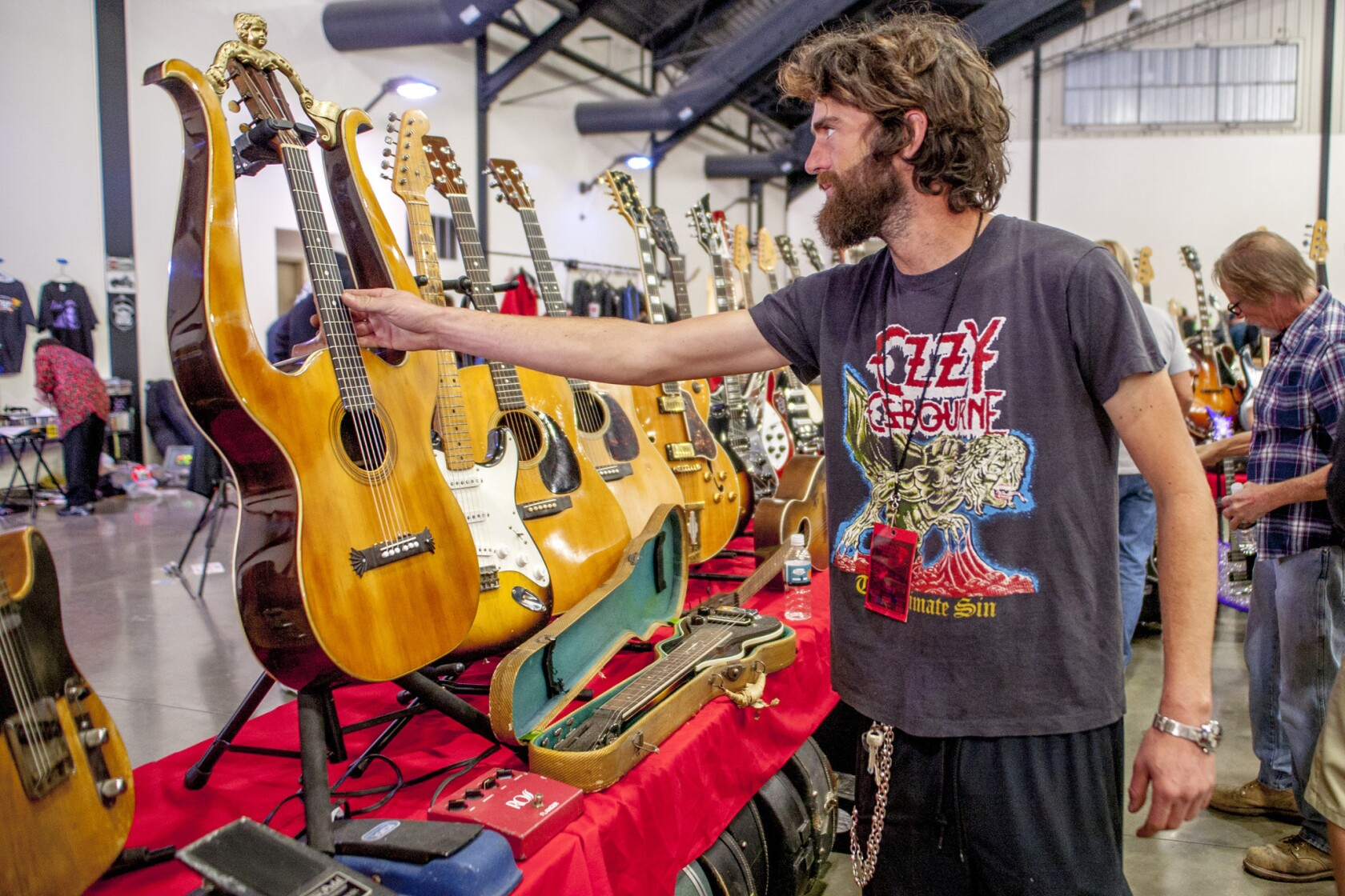Guitar show strikes a chord at O C  fairgrounds - Los Angeles Times
