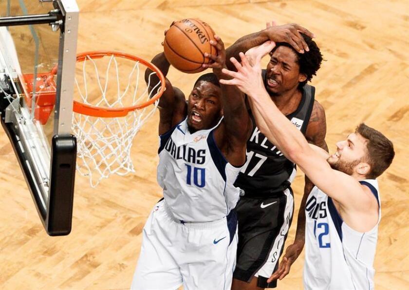 Ed Davis (c) de Nets salta para bloquear a Dorian Finney-Smith (i) y Maximilian Kleber de Mavericks este lunes en un partido de la NBA entre Dallas Mavericks y Brooklyn Nets, en Barclays Center en Brooklyn, Nueva York (EE.UU.). EFE