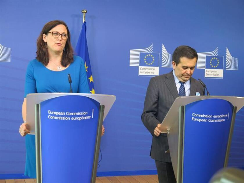 La comisaria europea de Comercio, Cecilia Malmström, y el ministro mexicano de Economía, Ildefonso Guajardo, durante una rueda de prensa en Bruselas. EFE/Archivo