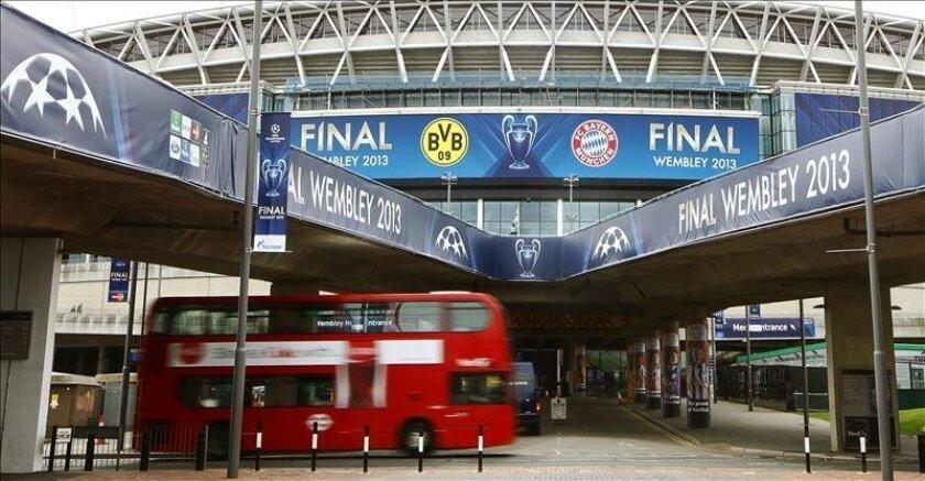 Fotografía que muestra el estadio de Wembley, al norte de Londres, en Reino Unido, donde tendrá lugar la final de la Liga de Campeones entre dos equipos alemanes, el Borussia Dortmund y el Bayern Múnich, mañana. EFE