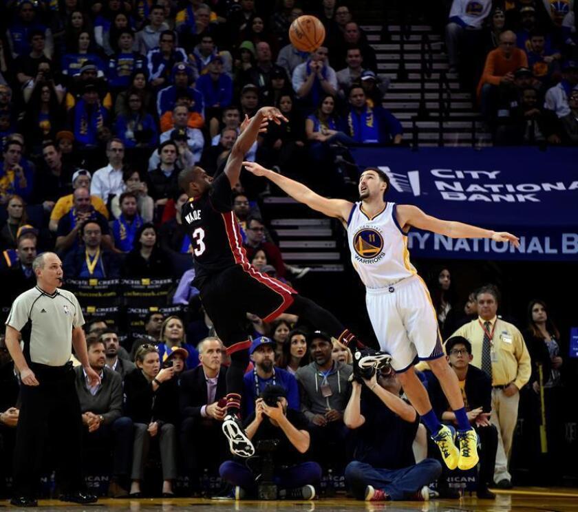 En la imagen, el jugador de los Heat de Miami Dwyane Wade (i) lanza ante Klay Thompson (d), de los Warriors de Golden State. EFE/Archivo