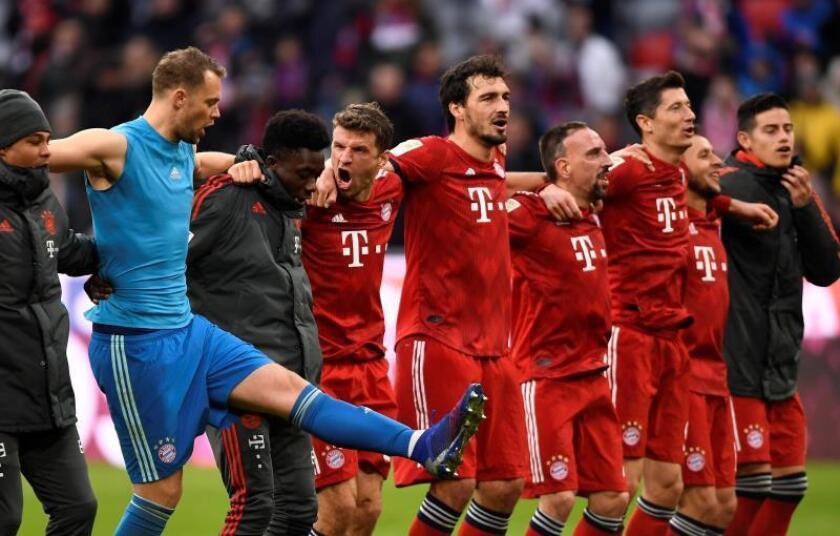 Los jugadores del Bayern Múnich celebra el triunfo y el liderato de la Bundesliga. EFE/EPA