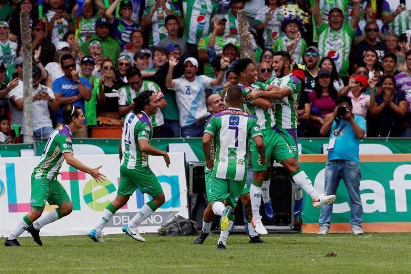 El Antigua del mexicano Montoya sigue líder del fútbol en Guatemala, ante el acecho del Municipal