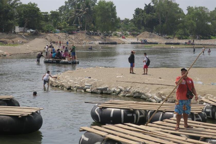Fotografía fechada el 14 de marzo de 2018, muestra actividad de comercio en el río Suchiate, en la frontera de Tapachula en México y Guatemala (México). EFE