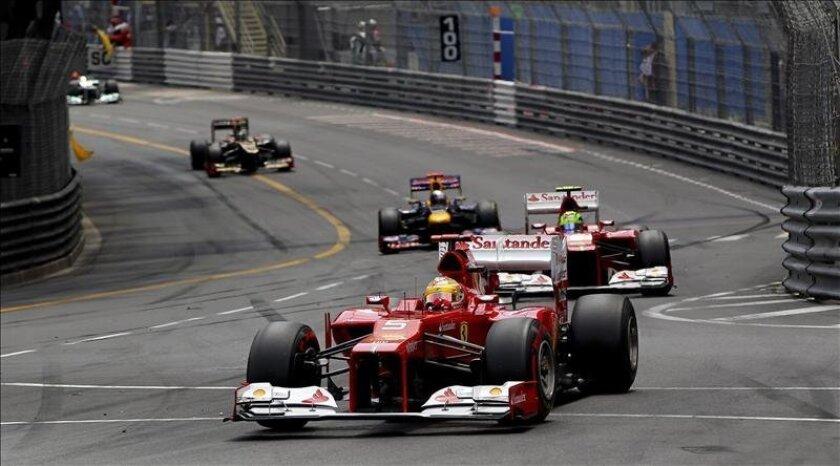 El piloto español de Fórmula Uno, Fernando Alonso, de la escudería Ferrari (d), participa en la carrera del Gran Premio de Fórmula Uno de Montecarlo (Mónaco). EFE/Archivo