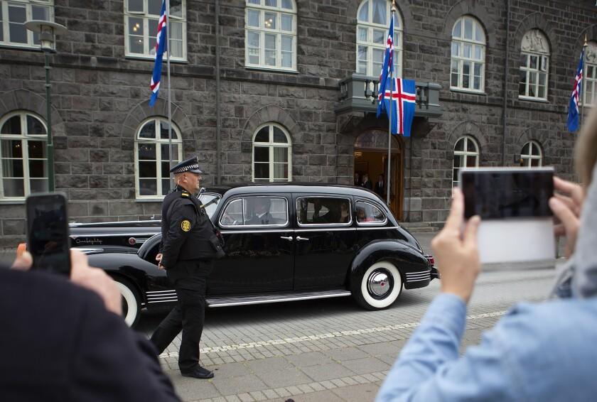Curiosos toman fotos del vehículo en el que viaja el presidente de Islandia Guðni Th. Jóhannesson
