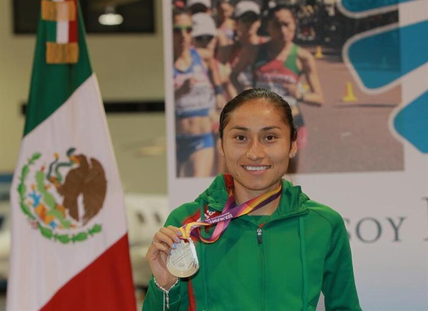 La atleta mexicana María Guadalupe González muestra su medalla de plata, ganada en el Campeonato Mundial de Atletismo Londres 2017. EFE/Archivo