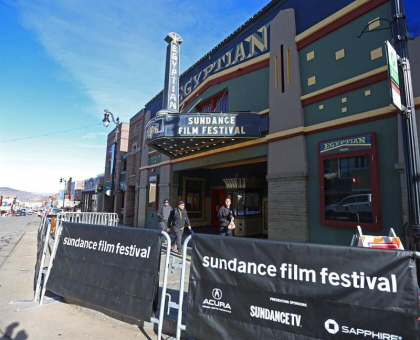 Trabajadores descargan material para preparar el festival de cine Sundance 2018 en Park City, Utah (Estados Unidos) hoy, 17 de enero de 2018. El festival de Sundance se celebra desde el próximo18 de hasta el 28. EFE