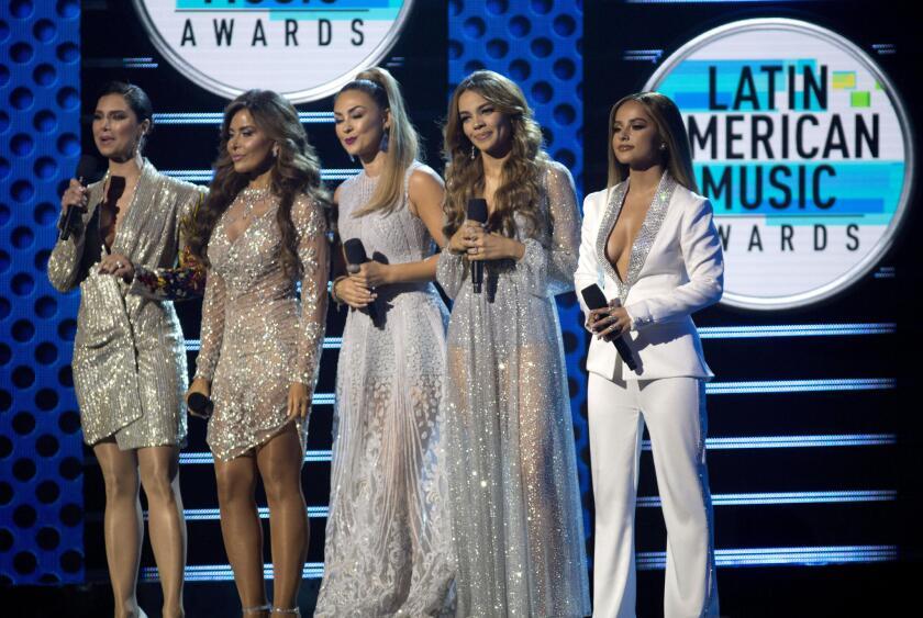 La actriz boricua Roselyn Sanchez; la cantante mexicana Gloria Trevi; la actriz mexicana Aracely Arambula; la cantante dominicana Leslie Grace y la cantante estadounidense Becky G aparecen en el estrado del evento.