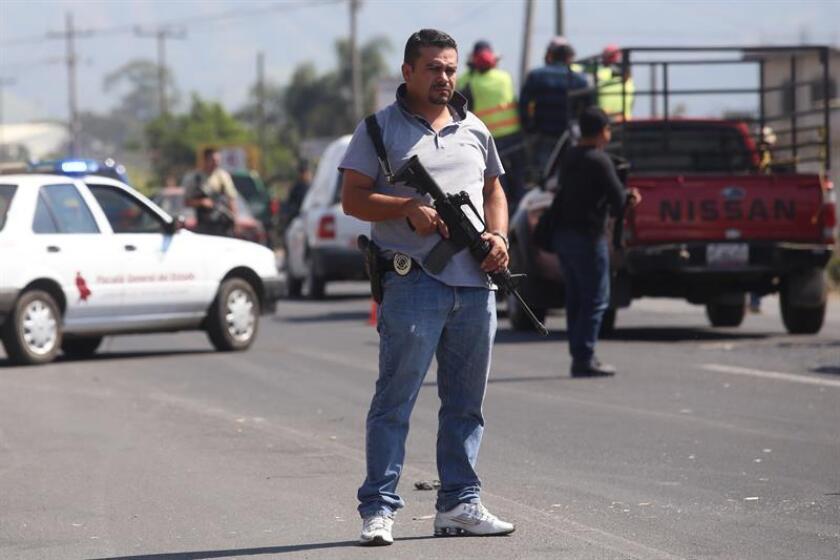 gentes de seguridad revisan vehículos en un operativo de seguridad tras la muerte del presunto líder del cártel de drogas de los Beltrán Leyva. EFE/Archivo