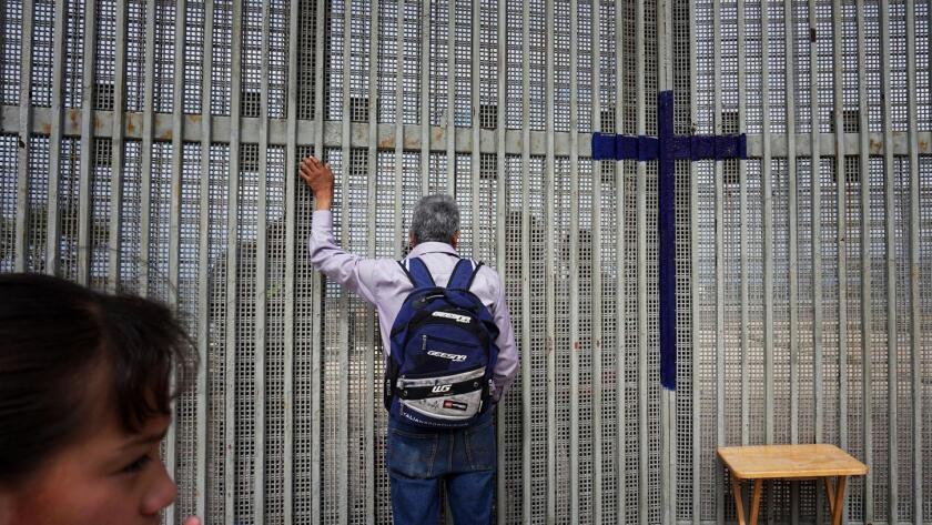 Para el secretario de seguridad nacional, el muro fronterizo sólo puede construirse gradualmente
