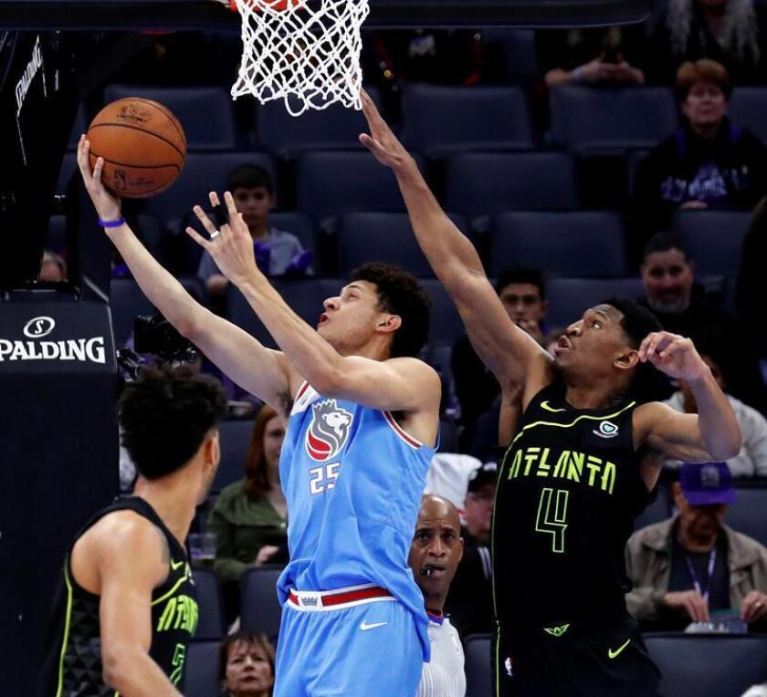 El jugador Justin Jackson (c) de Sacramento en acción ante Andrew White (d) de Atlanta Hawks, durante un juego entre Atlanta Hawks y Sacramento Kings de la NBA, en el Golden 1 Center, en Sacramento, California (Estados Unidos). EFE