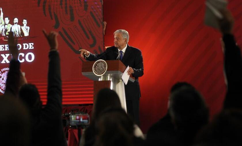 El presidente de México, Andrés Manuel López Obrador, habla durante su rueda de prensa matutina este martes, en el Palacio Nacional, en Ciudad de México (México). EFE