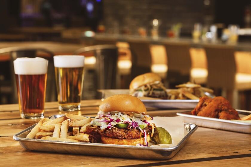 Vagabond, à Excalibur Hotel & Casino, propose des plats tels que les sandwichs au poulet chaud Nashville.