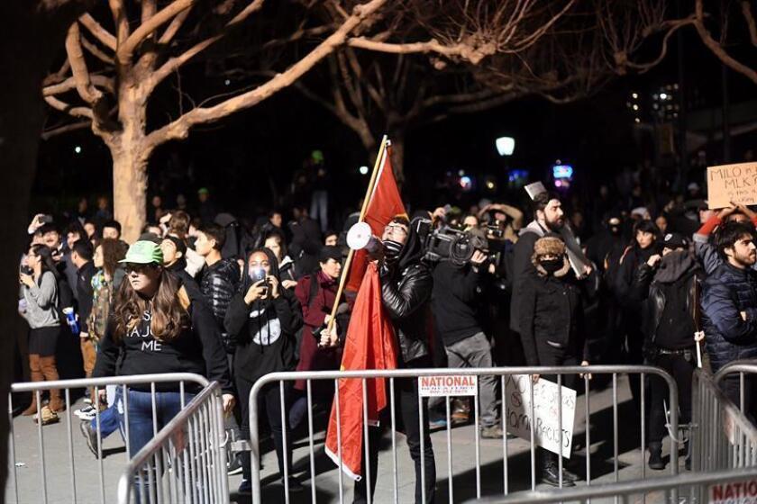 El ultraderechista Milo Yiannopoulos se vio obligado hoy a cancelar un acto programado en la Universidad de California en Berkeley después del estallido de violentas protestas en el campus que tenían como objetivo impedir su celebración. EFE