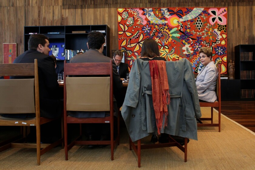 """La presidenta brasileña suspendida Dilma Rousseff habla durante una conferencia de prensa para periodistas extranjeros en el palacio presidencial de Planalto, en Brasilia, Brasil, el martes 14 de junio de 2016. Rousseff criticó el proceso de juicio político en su contra como """"fraudulento"""" y prometió combatir lo que consideró es una injusticia más dolorosa que la tortura que resistió durante una dictadura militar pasada. (AP Foto/Eraldo Peres)"""
