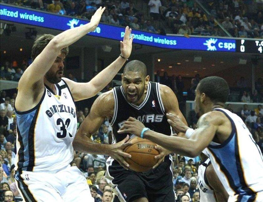 El jugador español de Memphis Grizzlies Marc Gasol (izq) y su compañero Mike Conley (dcha), tratan de detener al jugador de San Antonio Spurs Tim Duncan (c) en el tercer partido de las finales de la Conferencia Oeste de la NBA. EFE