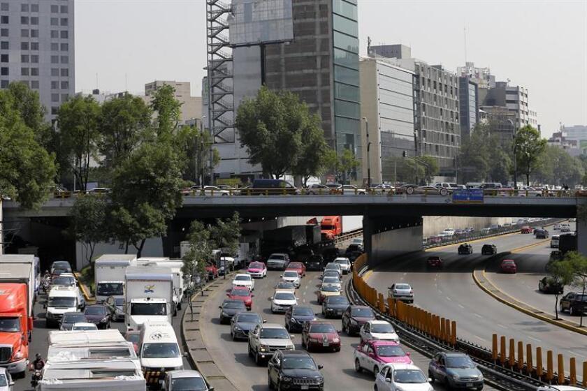 El secretario mexicano de Medio Ambiente y Recursos Naturales, Rafael Pacchiano, recibió hoy de las empresas alemanas Siemens y BMW la Agenda 2020, un plan que promueve la movilidad sustentable en las ciudades de México. EFE/ARCHIVO
