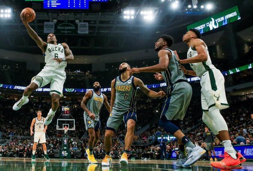 Eric Bledsoe (i) de los Bucks en acción este jueves, durante un partido de NBA en el Fiserv Forum de la ciudad de Milwaukee, Wisconsin (EE.UU.). EFE