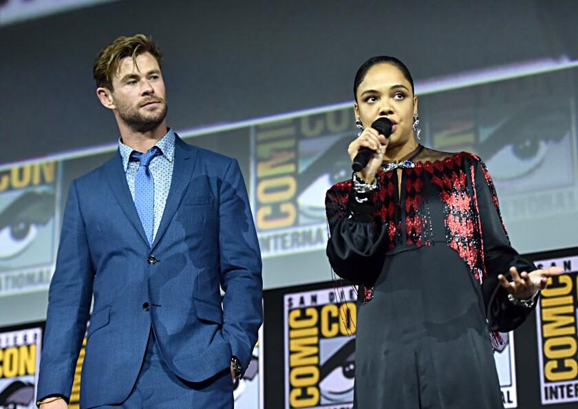 """Chris Hemsworth y Tessa Thompson en el panel de """"Thor: Love and Thunder"""" en la Comic-Con de San Diego."""