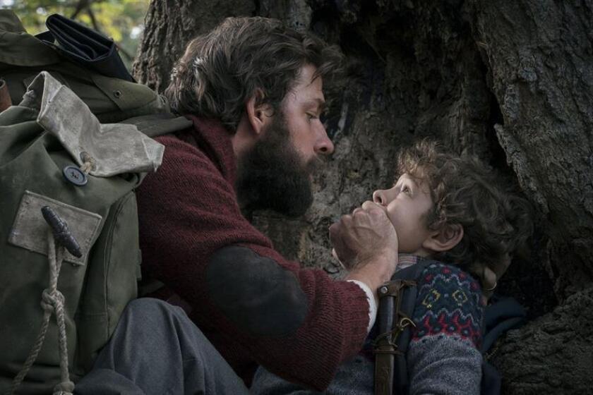 """Fotografía promocional cedida por Paramount Pictures que muestra al actor estadounidense John Krasinski (i) y a Noah Jupe (d) durante una escena de la película """"Un lugar tranquilo"""". El estadounidense John Krasinski asegura en una entrevista con Efe que su película """"Un lugar tranquilo"""" (A Quiet Place), que dirige y protagoniza con su esposa Emily Blunt, trasciende el género del terror y en el fondo es """"una gran historia de amor entre padres e hijos"""" y el """"poder de las mujeres"""". EFE/Cortesía Paramount Pictures/SOLO USO EDITORIAL/NO VENTAS"""